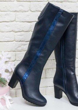 Сапоги для женские на среднем каблуке, выполнены из натуральной кожи синего цвета