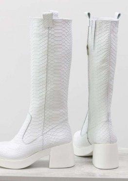 Невероятные белые сапоги из натуральной кожи с текстурой питон на молнии на устойчивой прорезиненной подошве ярко-белого цвета