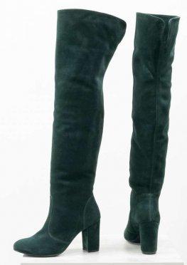 Ботфорты свободного одевания на невысоком устойчивом каблуке, выполнены из натуральной замши насыщенного зеленого цвета