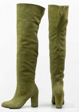 Ботфорты свободного одевания на невысоком устойчивом каблуке, выполнены из натуральной замши оливкового цвета