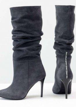 Сапоги-гармошки на сборке свободного одевания из натуральной замши темно-серого цвета