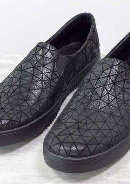 Мокасины из черной кожи с серебряными треугольниками, на практичной черной подошве