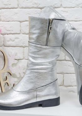 Яркие невысокие женские Сапоги из натуральной кожи серебряного цвета