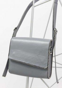 Наша новинка - кожаная сумка почтальон в серой коже с wood-вставками по бокам и отделкой из металлических сфер по канту