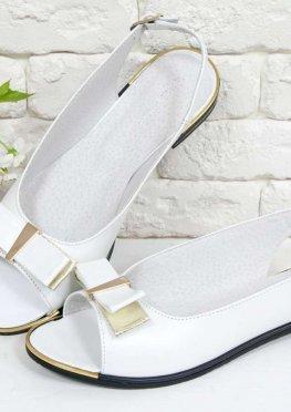 Классические Босоножки выполнены из натуральной кожи белого и золотого цвета