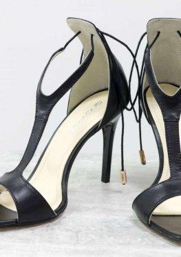 Нарядные Дизайнерские Босоножки с удлиненным носиком, на лаковой шпильке, выполнены из натуральной кожи черного цвета