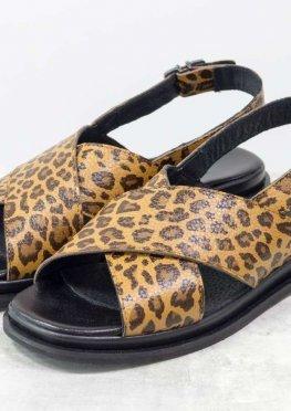 Босоножки в стиле animal print из натуральной кожи яркого леопардового принта, на легкой подошве черного цвета