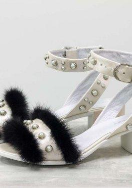 Босоножки на невысоком каблучке, выполнены из натуральной кожи белого цвета