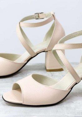 Удобные кожаные босоножки на невысоком устойчивом каблуке в пудровом цвете с эффектом перламутра
