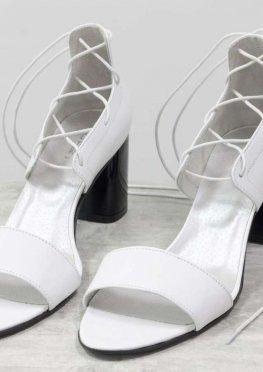 Экстравагантные кожаные белые босоножки с высокой шнуровкой, на устойчивом глянцевом каблуке черного цвета