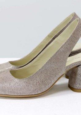 Классические пудровые туфли на расклешенном невысоком обтяжном каблуке, выполнены из натуральной итальянской кожи необычной кружевной текстурой