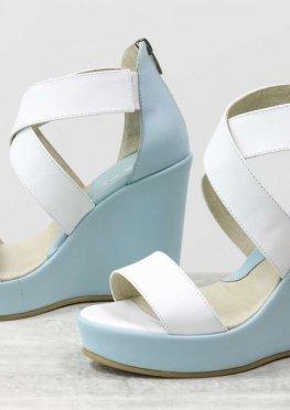 Кожаные босоножки на танкетке красивого сочетания белого и светло-голубого цвета