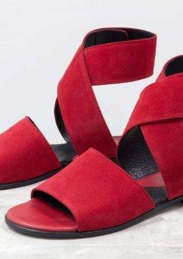 Замшевые босоножки красного цвета