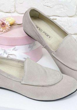 Облегченные туфли-лоферы из натуральной итальянской замши бежевого цвета