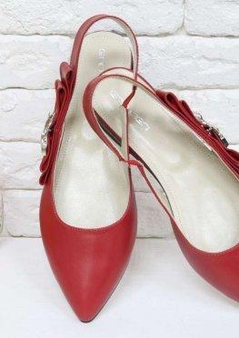 Туфли на низком ходу, с открытой пяткой, выполнены из натуральной кожи красного цвета