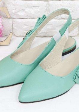 Туфли на низком ходу, с открытой пяткой, выполнены из натуральной кожи мятного цвета