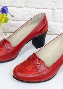 Яркие удобные туфли на устойчивом среднем каблучке, выполнены из натуральной кожи двух разных текстур в красном цвете