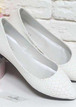 Туфли на низком ходу из натуральной кожи белого цвета