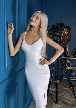 Силуэтное платье в белом цвете