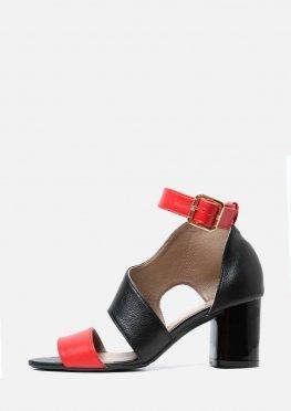 Кожаные черные босоножки с красными вставками на широком каблуке