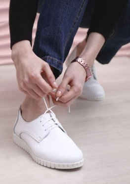 Белые кожаные кеды без подклада на шнурках