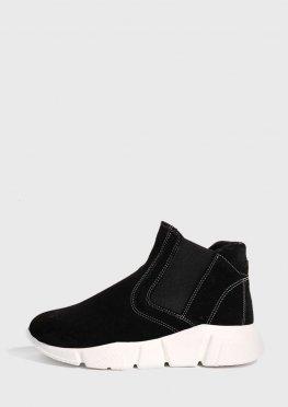 Черные замшевые ботинки на белой подошве