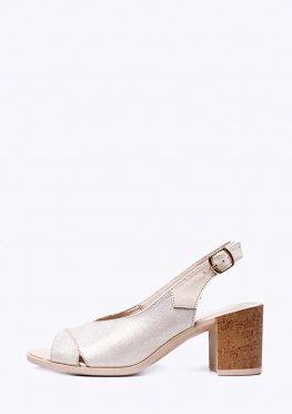 Кожаные классические светлые босоножки на устойчивом каблуке