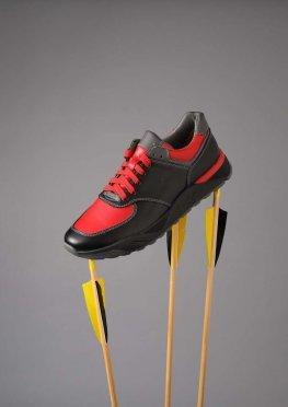 Мужские кожаные кроссовки черного цвета с красными вставками