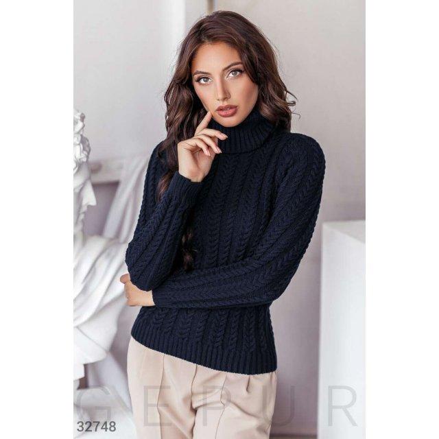 Вязаный свитер темно-синего оттенка