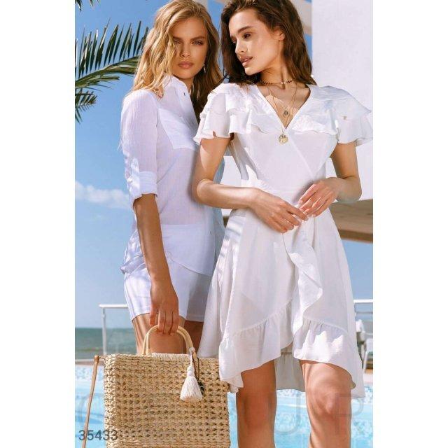 Аккуратное белое платье с воланами