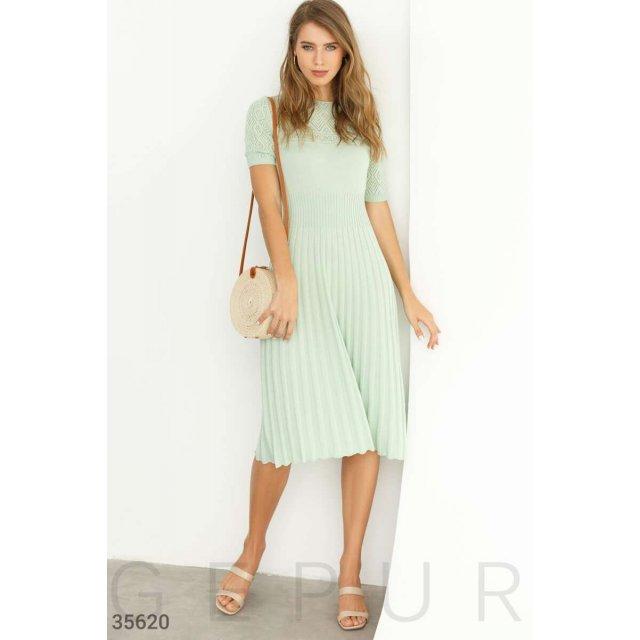 Вязаное зеленое платье с ажурной кокеткой