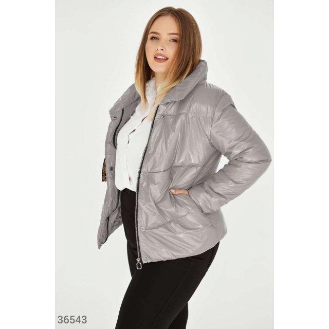 Глянцевая стеганая куртка серого цвета