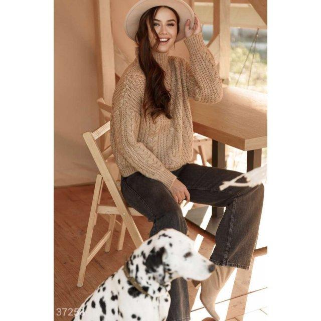 Вязаный свитер карамельного оттенка